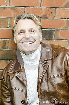W jego forties blondynu przystojny dojrzały mężczyzna