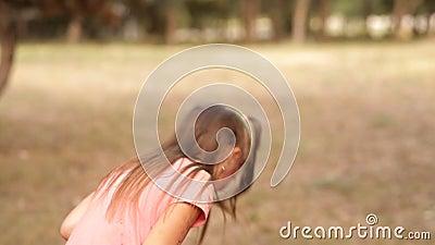 W rekreacyjnym parku, dzieci bryzgają od wodnej krócicy w each inny Lato zabawa w rekreacyjnym parku joyce zbiory wideo