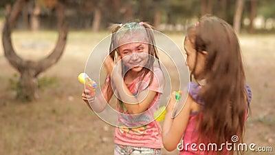 W rekreacyjnym parku, dzieci bryzgają od wodnej krócicy w each inny Lato zabawa w rekreacyjnym parku joyce zdjęcie wideo