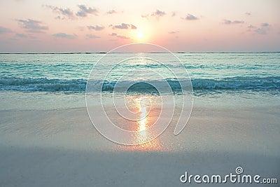 W wschód słońca turkusowy ocean