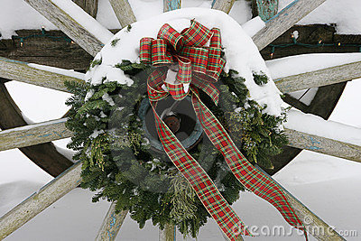 Wagaonwheel wreath with Snow