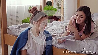 Wahre Freundschaft Teenmädchen Mädchen, die Tablet-bestie lernen stock video footage