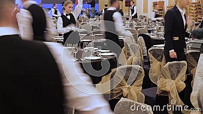 Waiters zetten de tafel in een restaurant voordat klanten arriveren en gebruiken fijne bestek en bril Begrip: catering stock video