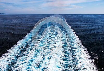 Wake cruise ship