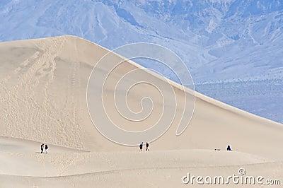 Wandelaars in de Vallei van de Dood
