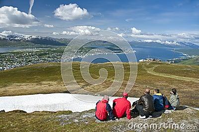 Wandelaars die stad Tromso bekijken