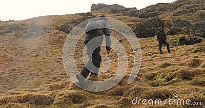 Wandern in Island aufsteigender Bergsteig stock video footage