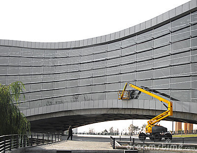 Wannen-LKW u. modernes Gebäude