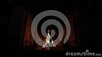Warmer und gemütlicher Kamin mit dem brennenden Brennholz gemacht vom Ziegelstein und von der Flamme im Haus stock footage