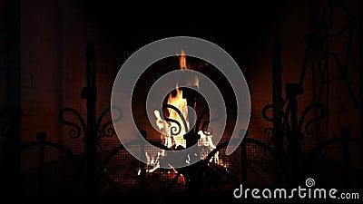 Warmer und gemütlicher Kamin mit dem brennenden Holz gemacht vom Ziegelstein und von der Flamme im Haus stock video