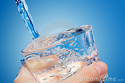 Wasser wird innen ein Glas gegossen