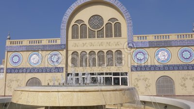 Wasserbrunnen gegenüber von Markteintritt zu zentralem Souq in Scharjah-Stadt in UAE stock video footage