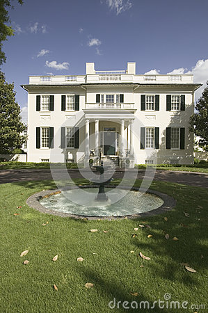 Water fountain and Virginia Governor s Mansion Editorial Stock Photo