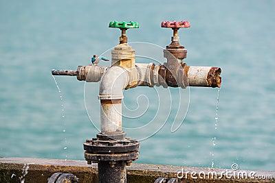 Water van kleppen wordt gelekt die