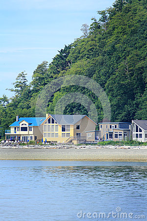 Free Waterfront Homes Royalty Free Stock Images - 32242629