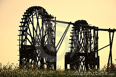 Watermill en la puesta del sol