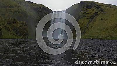 Waterval en Groen landschap van Skogafoss IJsland stock video