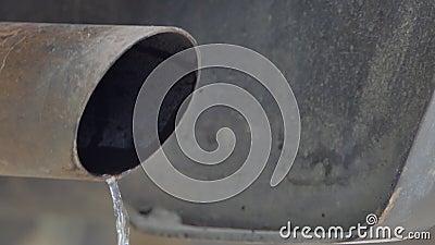 Waterval van de uitlaatgassen van de auto Waterval van de uitlaatgassen van de auto, condensatie van stoom in de uitlaatpot stock video