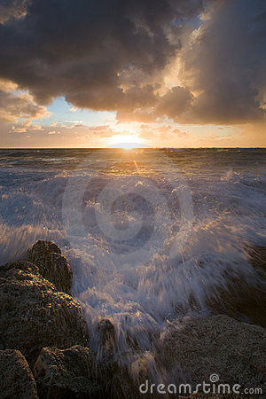 Free Waves Crashing Against Rocks Stock Photos - 18042583