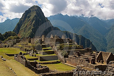 Wayna Picchu framed in ruins