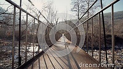 Wciąż kamera kamera skalista rzeka stary zardzewiały most dla pieszych niestabilny las górski słoneczny dzień spacer pusty zdjęcie wideo