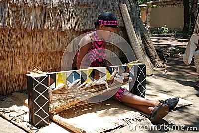 Weave da mulher do tribo Zulu (África do Sul) Fotografia Editorial