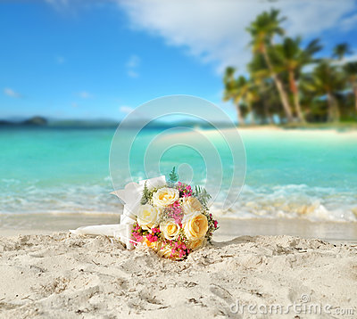 Free Wedding Bouquet Of Roses On The Shore Of A Tropical Beach In The Royalty Free Stock Photos - 32631948