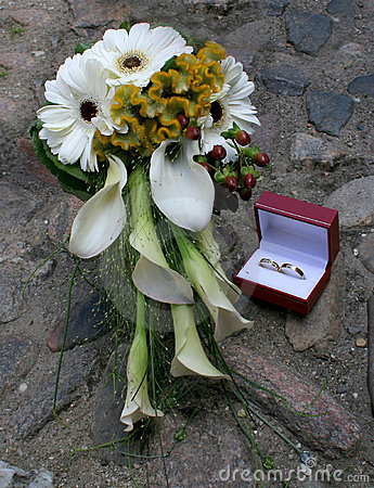 Wedding bouquet and wedding rings