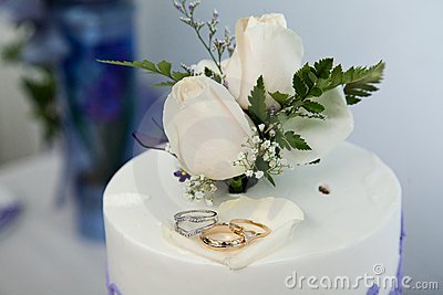 Wedding cake and topper with wedding rings
