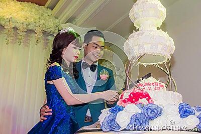 Wedding Couple Cutting Wedding Cake Free Public Domain Cc0 Image