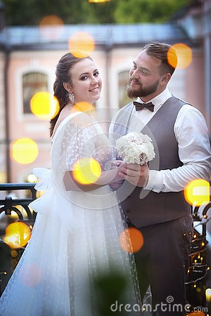 Free Wedding Couple Portrait In The Restaurant Yard With Garlands Lights Royalty Free Stock Images - 154517539