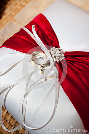 Free Wedding Rings And Pillow Stock Photography - 28152852