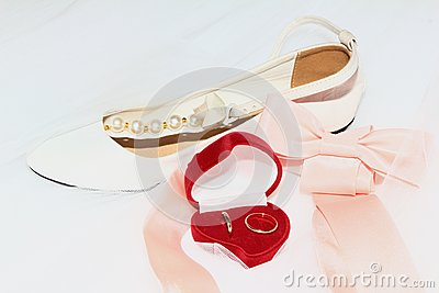 Wedding rings with bow