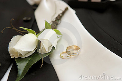 Wedding rings & flower