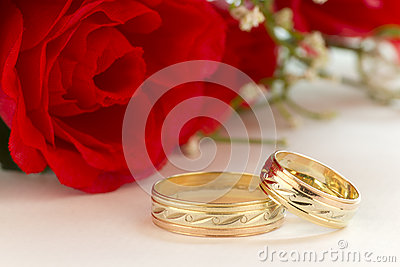Wedding rings with red roses