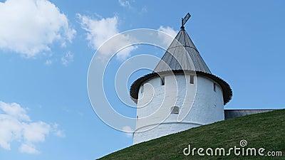Weergeven van de Kazan het Kremlin toren op een groene heuvel tegen blauwe bewolkte hemel in de zomerdag Voorraadlengte Kazan sta stock footage