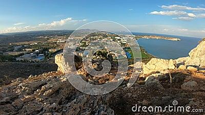 Weergeven van de Mediterrane kust van het eiland van Rhodos met toeristenhotels en stranden stock videobeelden