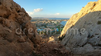 Weergeven van de Mediterrane kust van het eiland van Rhodos met toeristenhotels en stranden stock footage