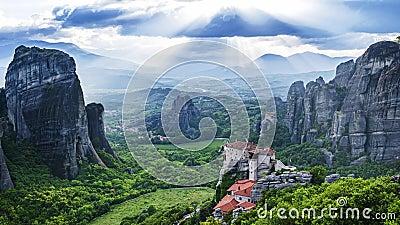 Weergeven van Meteora-vallei, dag, zonnestralen, wolken, Rousanou-klooster en St Nicholas Anapausas klooster - timelapse stock footage