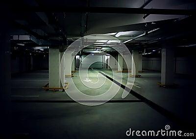 Weg in een ondergronds parkeerterrein