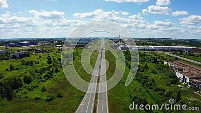 Weg met ronde kruising nabij industrieel complex luchtaanzicht stock video