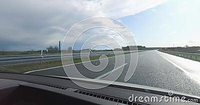 Wegrijden na regen toen de zon opkwam, met laag verkeer vanuit de tegenovergestelde richting, geen files stock footage