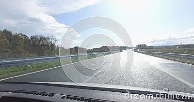 Wegrijden na regen toen de zon opkwam, met laag verkeer vanuit de tegenovergestelde richting, geen files stock videobeelden