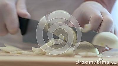 Weiße Zwiebeln in den Halbringen für die spätere Verwendung schneiden stock video footage