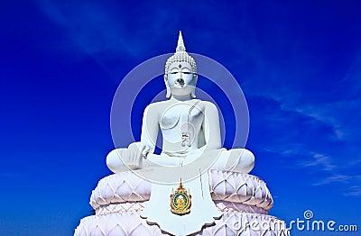 Weißer Buddha im Himmel