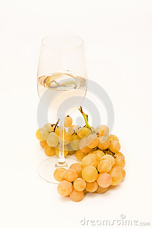 Weißer Wein und Trauben