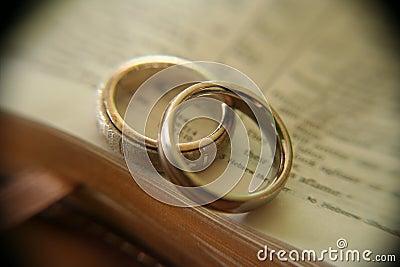 Weißes Goldhochzeitsringe auf Bibel