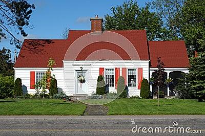 Wei es haus mit rotem dach stockbild bild 9617251 for Modernes haus mit rotem dach