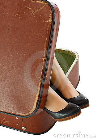 Weibliche Füße im Koffer