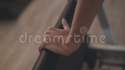 Weibliche Hände halten Griff des Simulators in einer Turnhalle stock video